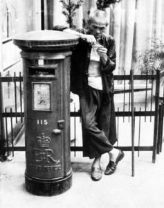 Royal_Mail_post_box_with_man_in_Hong_Kong_1962