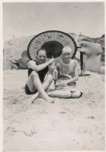 Eric-and-Jenny-Liddell-on-the-beach_n